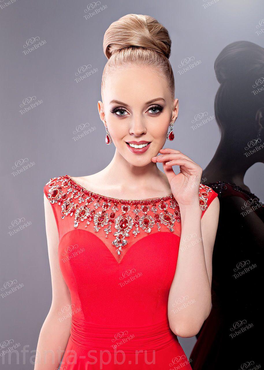 Красное с золотым кружевом платье